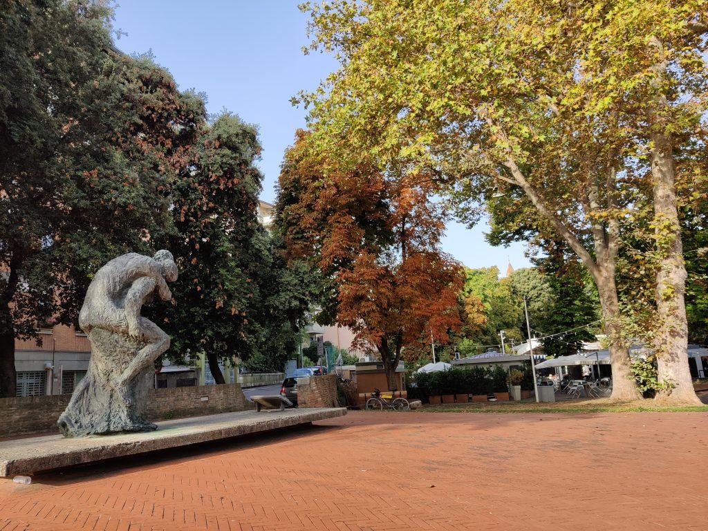 Viale Carducci 20: monumento ai Caduti per La Resistenza